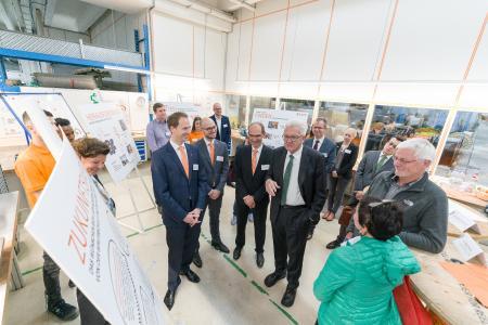 Ministerpräsident Kretschmann im Gespräch mit Auszubildenden und Verantwortlichen von LAPP