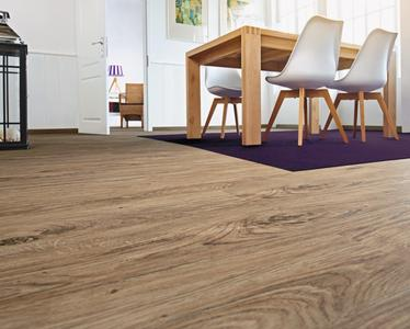 Bodengestaltung mit reproduzierten, natürlichen Holz- und Naturstein-Optiken: Die neue Designboden-Kollektion bietet 20 neue Dekore sowie vielfältige Gestaltungsmöglichkeiten.