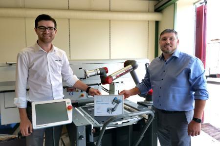 Zertifikatsübergabe: Alexander Kemler (UR; links) übergibt die Partnerurkunde an Jo Braun (Samsys; rechts)