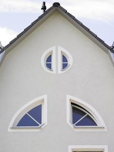 Die Fenster werden durch weiße Faschen optisch vergrößert und somit besonders betont / Fotos: Caparol Farben Lacke Bautenschutz/Uwe Keller