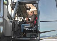 In der Drehpause nehmen Matthias Reim und Moderator Nicolai den die Fahrerkabine genau unter die Lupe