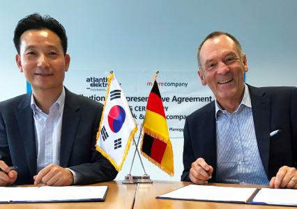 Kim Cheol-Hoon (re. VP Head of Sensor Division Meerecompany) und Ottmar Flach, Geschäftsführer Atlantik Elektonik bei der Vertragsunterzeichnung