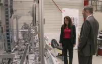 Digitalisierung ganzheitlich betrachtet: Dr.-Ing. Malte Stonis zeigt der Bundestagsabgeordneten Yasmin Fahimi die Expertenfabrik, die den gesamten Industrie-4.0-Prozess abbildet. (Quelle: IPH)