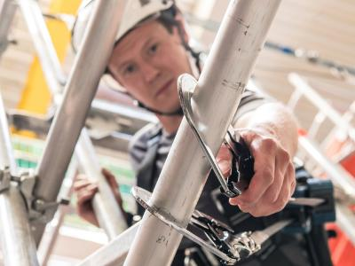 Anschlageinrichtungen zum Sichern mit Persönlicher Schutzausrüstung gegen Absturz machen Arbeitsplätze im Bau sicherer