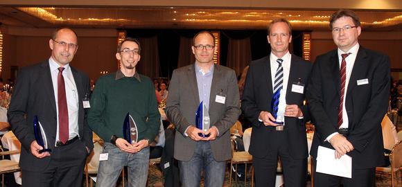Die Stadtwerken Unna (Thomas Weigel 2.v.r.) wurden für ihr innovatives Energiesparkonzept von Dr. Volker Kruschinski, Vorstand der Schleupen AG (r.), mit dem mit 5.000 € dotierten Schleupen Award ausgezeichnet