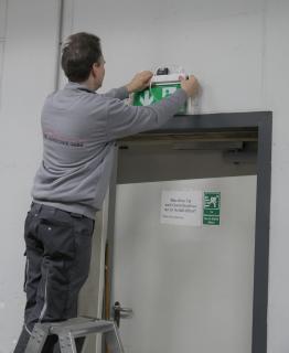 Emslicht konzipierte eine effiziente Beleuchtung für die Kommissionierungshalle, den Wareneingang, die Versandhalle, die Treppenhäuser und Fluchtweg-Piktogramme sowie für die Außenanlagen am Gebäude und auf dem Parkplatz. Die Elektroinstallation wurde von der OSNA Haustechnik GmbH ausgeführt / Foto: Emslicht