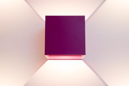 Licht und Geometrie: 24 dieser bunten Würfel beleuchten das private Esszimmer von Immobilienmakler Jan-Peter Sattler-Riegel, Foto: Caparol Farben Lacke Bautenschutz/Andreas Wiese