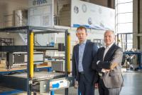 Die Systec Automation Base bietet komplette Fertigungszellen mit Linearsystem, Positionier-steuerung, Sicherheitstechnik und einem großen Softwarepaket. DEMCON-CEO Denis Schipper und Systec-Niederlassungsleiter Jan Leideman sind überzeugt, dass künftig noch mehr Kunden von den Vorteilen des Produktes profitieren werden / Bild: Systec GmbH