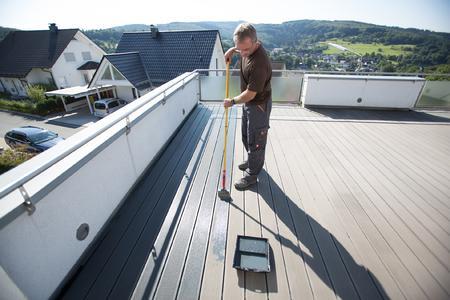 Je nach Variante – farblos oder in grau beziehungsweise braun – frischt das WPC-Imprägnier-Öl den Farbton der Terrassendielen auf oder intensiviert ihn / Die Verarbeitung ist einfach und dauert nicht lange / Bildquelle: Remmers Baustofftechnik, Löningen