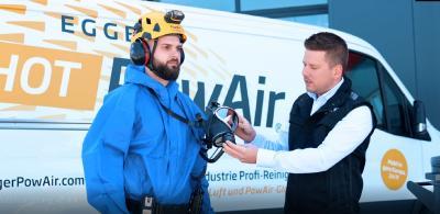 Robert Egger beim Erklären der persönlichen Schutzausrüstung PSA für einen Videodreh.  Quelle Egger PowAir Cleaning