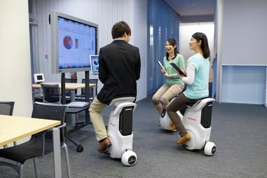 "Honda Uni-Cub: Auf dem ""E-Hocker"" durchs Büro"