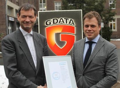 CrefoZert an G Data übergeben: G Data Vorstand Wolfgang Horlacher (links) erhält das Zertifikat von Philip Böhme von Creditreform