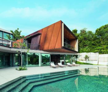 Die hauptsächlichen Wohnbereiche der Eigner sind in einem prominenten kubischen Gebäudeteil untergebracht, der sich durch seine Verkleidung aus rostfarbenem Cortenstahl abhebt. Bildnachweis: Khoo Guojie, Singapur