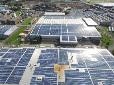 Foto: Die neue PV-Großdachanlage die auf den Dächern der Rolls-Royce Werke errichtet wurde, liefert eine Nennleistung von 3,42 MWp.