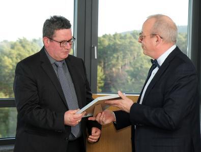 Professor Dr. Henning Fouckhardt (links) und Dr. Stefan Löhrke, Vizepräsident für Studium und Lehre. Foto: Koziel/TUK