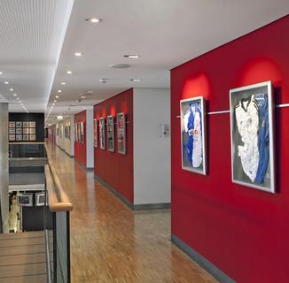 In Durchgangsbereichen müssen die Wände einiges aushalten können, was durch die hoch strapazierfähige, matte Farbe Premium Color gewährleistet ist