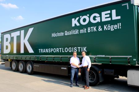 de gauche à droite : Bernhard Reichert, dirigeant de BTK Befrachtungs- und Transportkontor GmbH, et Thomas Conseil, responsable de la gestion des grands comptes au sein de Kögel, devant une Kögel Lightplus arborant un design personnalisé pour BTK