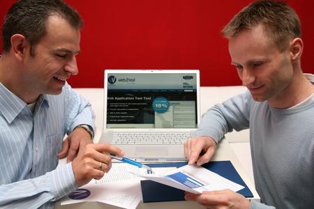 """itCampus-Geschäftsführer Tobias Schmidt (l.) und Andreas Lassmann sind von dem internationalen Vermarktungspotenzial der Testsoftware """"web2test"""" überzeugt. (Foto: itCampus: Franziska Richter)"""