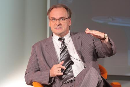 Dr. Reiner Haseloff, Wirtschaftsminister von Sachsen-Anhalt, übte auf dem Wirtschaftstag 2008 der Volksbanken Raiffeisenbanken massive Kritik am aktuellen Steuerrecht.