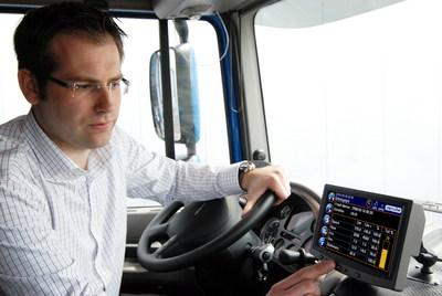 Jens Bussmann bedient einen eingebauten CarCube