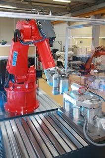 Dreidimensionale Ausgleichskinematik mit Piezoaktoren macht`s möglich: Industrieroboter wird zum präzisen Bearbeitungssystem (Foto: Fraunhofer IPA)