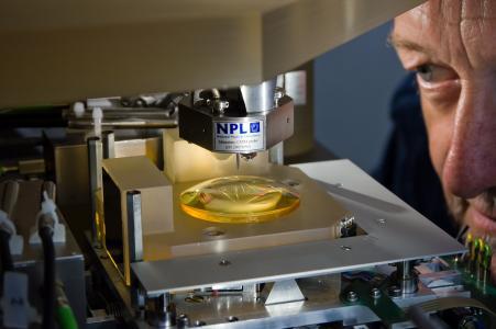 TU Ilmenau nimmt Hochpräzisionsmaschine an Universität Stuttgart in Betrieb (© TU Ilmenau/Christian Meyer)