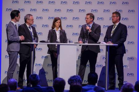 Bei der Podiumsdiskussion auf dem ZVEI-Jahreskongress betonte Jörg Timmermann (2.v.r.) die Bedeutung der staatlichen Forschungsförderung für den Innovationsstandort Deutschland (Bildquelle: ZVEI_Mark Bollhorst)