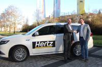 Joachim Verheugen (links, Hertz Director Fleet Acquisition) und Timo Bungardt (Geschäftsführer der CARSYNC GmbH)