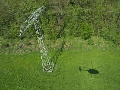 Mit einem Helikopter kontrolliert die WEMAG das Hochspannungsnetz in Westmecklenburg und Brandenburg aus der Luft. Foto: WEMAG/Rudolph-Kramer