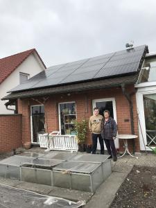 Stolze Besitzer einer Photovoltaikanlage in Nürnberg (©iKratos)