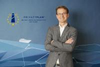 Herr Vollmer vor der Produktleinwand vom PrivazyPlan®