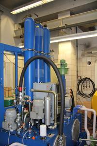Zwei Hydraulikaggregate mit insgesamt 700 l Ölinhalt versorgen die Anlage mit Öl, um alle Lagerstellen der berührungslos, hydrody-namisch gelagerte Präzisionswelle zu schmieren.