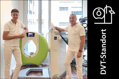 Seit Mai 2020 verfügt das Orthopädiezentrum Theresie über die BVOU-Edition des SCS DVTs, das hochauflösende 3-D-Schnittbildaufnahmen – auch unter natürlicher Belastung der Gelenke – anfertigt. Auf dem Bild zu sehen (v. l. n. r.): Dr. med. Christian Obersteiner, Dr. med. Christian Schneider.
