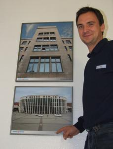 Eine Bildergalerie im Treppenhaus veranschaulicht das Leistungsspektrum von Metallbau Windeck: Torsten Weigt, Teamleiter Aluminiumbau, zeigt den Südeingang des Berliner Messegeländes