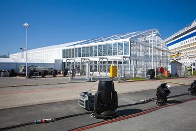 Losberger VIP-Zelt maxiflex Emporium. Mit 30 m x 60 m Länge und 6,80 m Höhe bot es Platz für 1800 geladene Gäste. Aus dem Zelt war durch die transparente Wand- und Dachbekleidung, der direkte Blick auf den Star des Abends, die AIDAbella, garantiert.