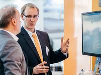 Die gute Cloud zum Anfassen: Stefan Steuer (Business Development acmeo) im Dialog mit einem Messebesucher auf der CeBIT 2014