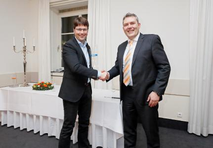 Stefan Boie, Geschäftsführer der Boie GmbH Fachgroßhandel aus Heilbronn, nimmt den Award des Gesamtsiegers 2017 von Jürgen Roland, Geschäftsführer von ACE, entgegen