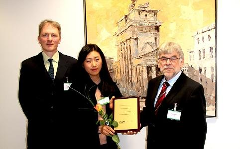 Ms. May Kim (Young Jin Corporation, Korea, Preisträger 2018), Dr. Arnold Uhl (Sales & Marketing Manager LUM GmbH, links), Prof. Dr. Dr. Dietmar Lerche (Geschäftsführer LUM GmbH)