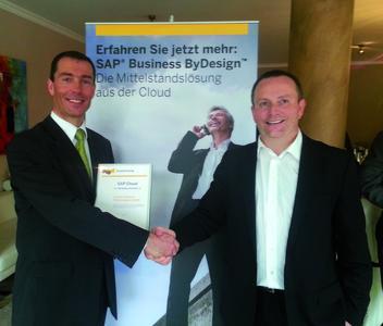 Pascal Nass (rechts, Head of Global Channel Development - Cloud Solution bei SAP AG) gratuliert Marius Wiesner (Sales Manager SAP Business ByDesign, arvato Systems)  zu dem Award.