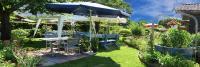 Gartenausstattung ist vielseitig: Kunststofftische, Rattansessel, Tischdecken, Polster, Markisen und Sonnenschirme – gepaart mit Sonne, frischer Luft und viel Grün. Alles zusammen macht den Garten zu einem begehrten Rückzugsort, der zum Entspannen einlädt.