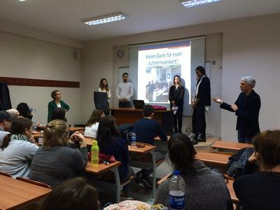 """""""Dual teaching"""": Prof. Dr. Dilek Zamantılı Nayır (links) und Prof. Dr. Christopher Klug (rechts) diskutieren mit den Studierenden die Ergebnisse der Studienarbeiten (Foto: Hochschule Bremen)"""