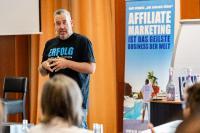 Ralf Schmitz ist der Affiliate-König. Diesen Titel hat er von seinen Kunden bekommen. Und seine Kunden sind mittlerweile richtige Fans von ihm. Weil er eben in all seinen Projekten Schritt für Schritt zeigt, wie man im Internet Geld verdienen kann.
