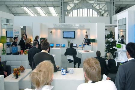 Ralf-Peter Simon, Vorsitzender der Geschäftsführung von The Phone House, begrüßt die Gäste in den Deichtorhallen