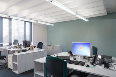 Farbe soll die Lust am Arbeiten fördern, aber nicht dominant sein. In diesem Büro ist die Konzentration auf die Arbeit ungestört möglich. Wand und Bürostuhl korrespondieren farblich miteinander (Foto: Caparol Farben Lacke Bautenschutz/Blitzwerk.de)