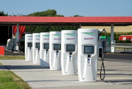 Schnellladesäulen mit Trihal Transformatoren von Schneider Electric machen Elektromobilität attraktiver