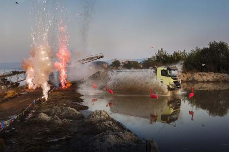 Der Volvo FMX wird in dem jüngsten Live-Test von Volvo Trucks auch im Gelände und durch tiefes Wasser gefahren. Zum Glück sind sensiblen Teile versiegelt und so platziert, dass kein Schmutz oder Wasser eindringen kann
