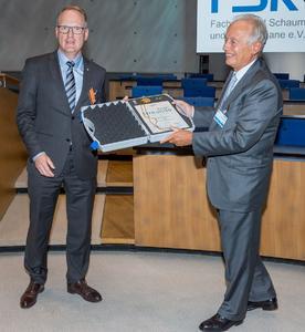 FSK Vice Chairman Jens-Jürgen Härtel (left) presents the Medal of Honour to Dr. Marco Volpato.