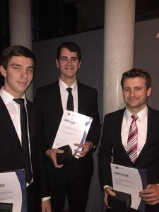 So sehen Spitzen-Azubis aus: Andreas Derksen (Zerspanungsmechaniker), Helmut Kröker (Maschinen- und Anlagenführer) und Kevin Lübkemann (Werkzeugmechaniker) wurden im Rahmen einer Feierstunde der IHK Ostwestfalen zu Bielefeld ausgezeichnet (von links nach rechts)