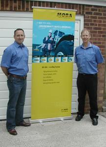 Alastair Brown (rechts), Geschäftsführer der MOBA MobileAutomation, Ltd. und Ian Lewis (links), Leiter für den Geschäftsbereich Entsorgungswirtschaft/Mobile Wägesysteme, sehen der Zusammenarbeit mit allen Kunden in Großbritannien erwartungsvoll, (Foto: MOBA)