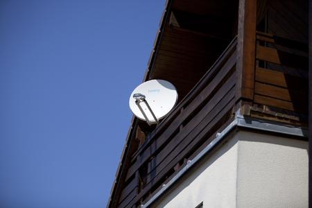 Tooway Installed antenna top Copyright Olivier Pascaud